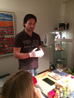 Xander Sas tijdens een sushi workshop